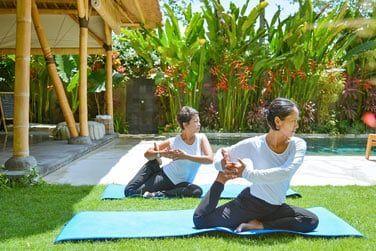 Un cours de yoga dans les jardins...