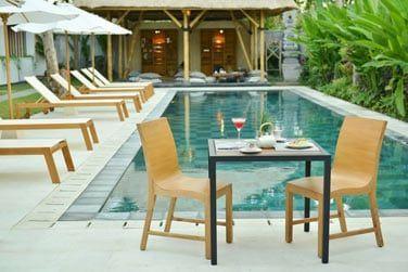 Votre petit déjeuner servi au bord de la piscine, ça vous tente?