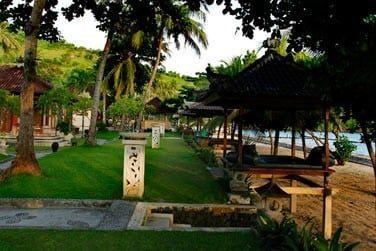 L'hôtel se situe en bordure d'une plage de sable doré