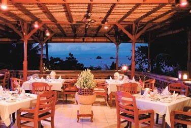 Gering Sing, un restaurant ouvert sur l'extérieur qui offre une vue imprenable sur la côte