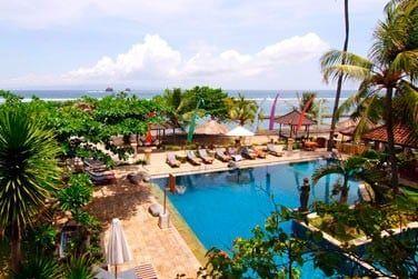 L'hôtel Puri Bagus Candidasa possède une piscine où vous pourrez vous relaxer avant ou après de belles excursions