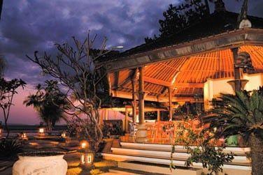 Le bar Hasta Putra et son atmosphère conviviale à la nuit tombée