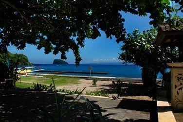 L'hôtel offre une vue magnifique sur la mer d'un bleu profond