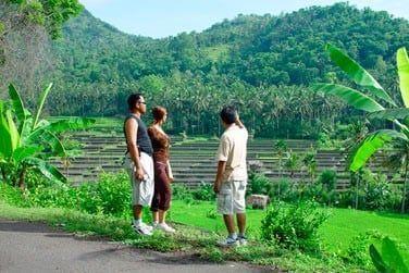 Traversée de rivières, randonnée dans la jungle, traversée de plantations, découverte de temples cachés...