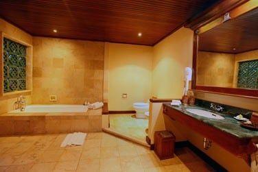 Salle de bain de la Suite duplex avec piscine
