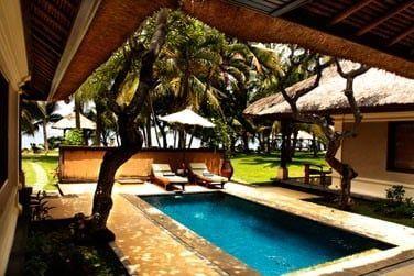 La piscine privée...