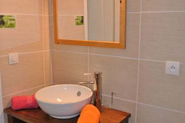 Les salles de bain sont également modernes et fonctionnelles