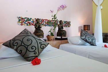 La chambre Deluxe est joliment décorée et confortable.