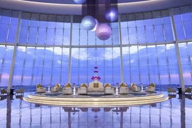 La réception est majestueuse avec ses immenses baies vitrées offrant une vue sur la mer