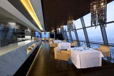 La salle du restaurant Quest offrant une vue panoramique sur la ville et la mer !