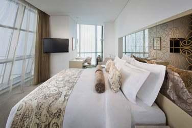 La Suite Club et ses grandes baies vitrées du sol au plafond...