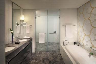 La salle de bain de la chambre Grand Deluxe