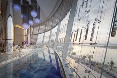 La réception est immense et traversée par des bassins au pied des baies vitrées...
