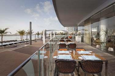 La terrasse extérieure du restaurant Nahaam pour profiter du bord de mer