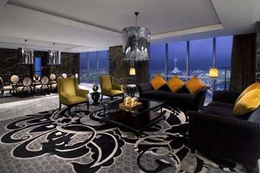 Le salon avec salle à manger de la Suite Royale Etihad