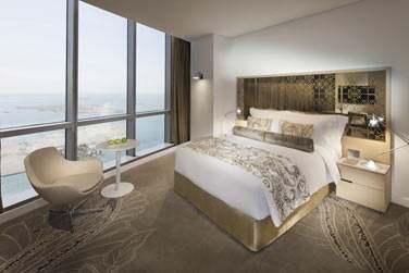 La chambre Grand Deluxe offrant une très belle vue grâce à ses grandes baies vitrées