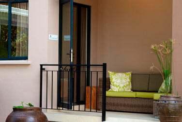 Le balcon aménagé des chambres