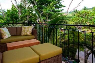 Le balcon aménagé d'une chambre où vous pourrez vous relaxer