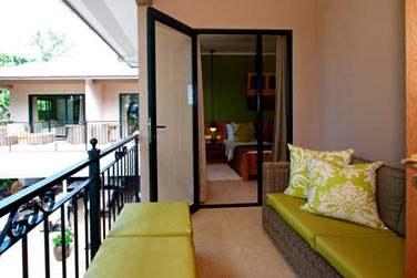 Les chambres donnent sur un balcon aménagé