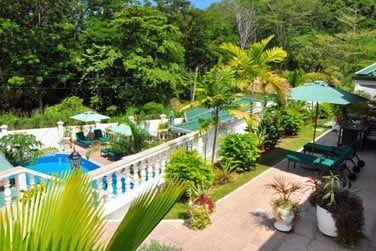 Le lieu est entouré par un magnifique jardin tropical