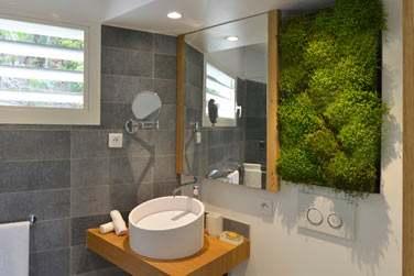 La salle de bain rénovée de la chambre classique
