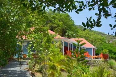Vue extérieure de la Villa Iguana, cachée dans la végétation extérieure