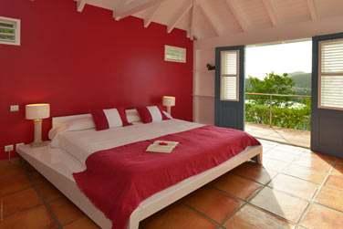 Une chambre de la villa Iguana, ouverte sur un balcon