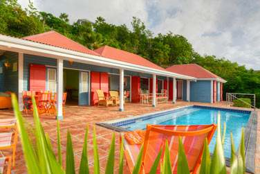 Vue extérieure de la villa Iguana avec sa spacieuse terrasse et sa grande piscine privée