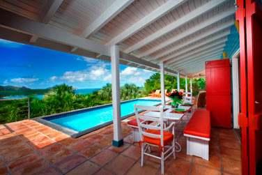 La terrasse et la piscine privée de la villa Iguana offrant un très beau panorama sur la baie de Saint Jean !