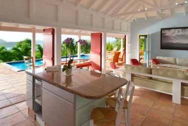 Le coin salon de la Villa Iguana, ouvert sur la terrasse et la piscine privée