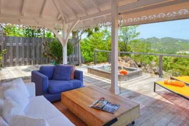 La spacieuse terrasse de la Case, avec bain à remous