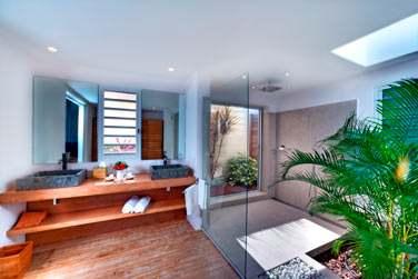 La salle de bain, spacieuse, de la Suite Junior