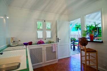 La cuisine équipée ouverte sur la terrasse de La Case