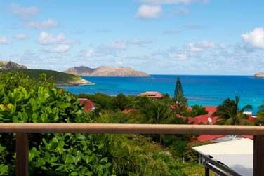 L'hôtel est situé sur les hauteurs de la baie et offre une très belle vue sur la mer