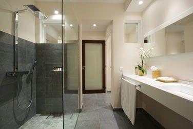 La salle de bain moderne et épurée de la Suite Supérieure