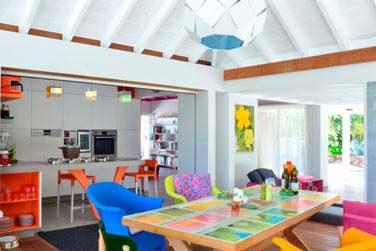 La salle à manger est colorée et ouverte sur la terrasse