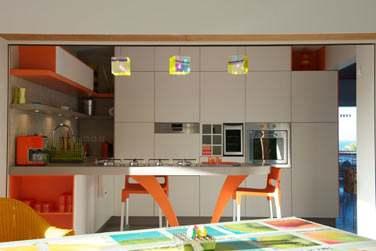 La cuisine est très spacieuse, parfaitement équipée dans un décor ludique et coloré