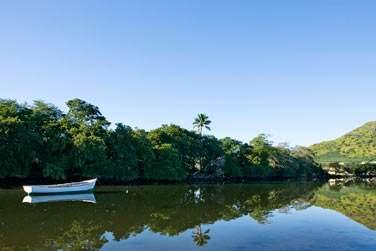 Embarquez à bord d'une petite barque pour découvrir une nature sauvage et préservée