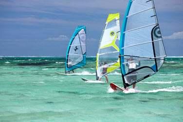 Les activités ne manquent pas à l'île Maurice : planche à voile...