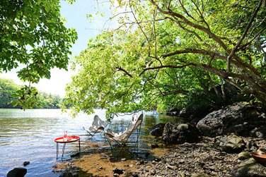 Otentic Ecolodge est situé tout près d'une rivière