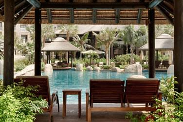 Les piscines de l'hôtel sont entourées de végétation pour une atmosphère très relaxante
