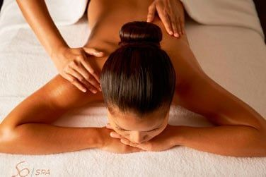 les services proposés incluent également des massages thaï, des soins du visage et des enveloppements corporels