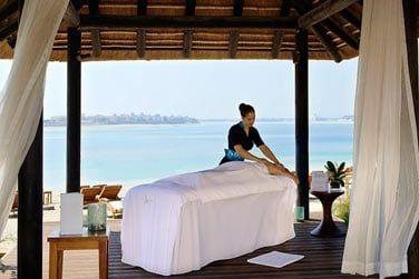 Des massages sont proposés sur la plage ou dans les cabines de soin