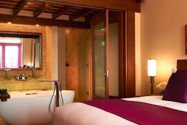 La Suite Junior vue mer donnant sur une spacieuse et luxueuse salle de bain