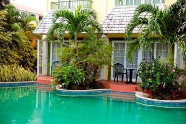 Chambre vue piscine avec patio (RDC)