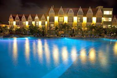 Une atmosphère calme et élégante s'installe sur l'hôtel à la nuit tombée