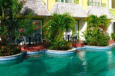 La terrasse privé avec accès direct à la piscine