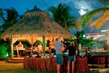 Dînez en plein air au Koko Cabana Bistro tout en écoutant la musique live d'un groupe local