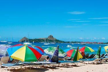 Farniente sur le plage aménagée de transats et parasols