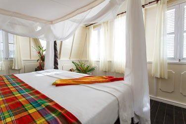 Le sublime lit à baldaquin de la deluxe 1 chambre